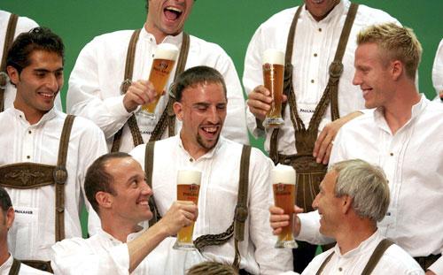 Ribery and the rest of FC Bayern enjoying Paulaner.
